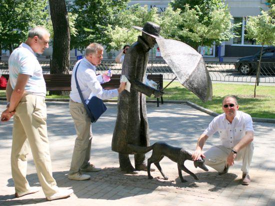 В разгар событий на Украине в Донецке поставили скульптуру человека и собаки